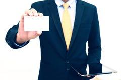 Uomo d'affari che tiene o che mostra l'isolato in bianco del biglietto da visita su fondo bianco Fotografia Stock Libera da Diritti