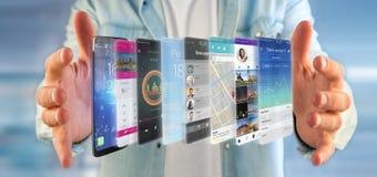 Uomo d'affari che tiene 3d che rende il modello di app su uno smartphone Immagini Stock