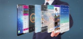 Uomo d'affari che tiene 3d che rende il modello di app su uno smartphone Fotografie Stock Libere da Diritti