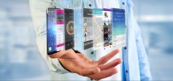 Uomo d'affari che tiene 3d che rende il modello di app su uno smartphone Immagini Stock Libere da Diritti