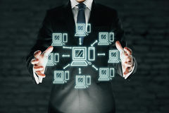 Uomo d'affari che tiene rete di computer astratta immagine stock libera da diritti