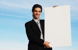 Uomo d'affari che tiene scheda in bianco immagini stock