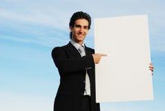 Uomo d'affari che tiene scheda in bianco fotografia stock