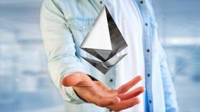 Uomo d'affari che tiene un aroun cripto di volo del segno di valuta di Ethereum Fotografia Stock Libera da Diritti