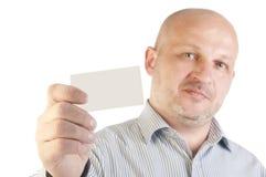 Uomo d'affari che tiene un biglietto da visita in bianco Fotografia Stock Libera da Diritti