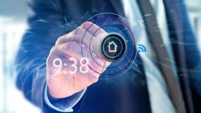 Uomo d'affari che tiene un bottone di un'automazione della casa astuta app - 3d Fotografia Stock