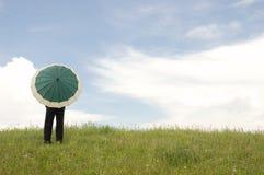 Uomo d'affari che tiene un ombrello Immagine Stock