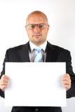 Uomo d'affari che tiene un segno in bianco Immagini Stock