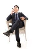 Uomo d'affari che tiene un sigaro fotografie stock