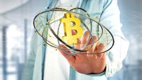 Uomo d'affari che tiene un volo cripto del segno di valuta di Bitcoin intorno Fotografia Stock