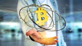 Uomo d'affari che tiene un volo cripto del segno di valuta di Bitcoin intorno Immagine Stock