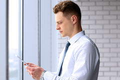 Uomo d'affari che tiene una compressa digitale Immagini Stock