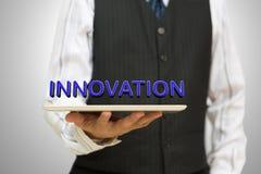 Uomo d'affari che tiene una compressa digitale con innovazione Immagini Stock