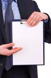Uomo d'affari che tiene una lavagna per appunti. Fotografia Stock