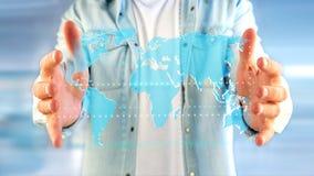Uomo d'affari che tiene una mappa di mondo collegata su un interf futuristico Fotografie Stock Libere da Diritti