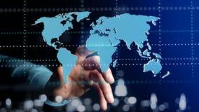 Uomo d'affari che tiene una mappa di mondo collegata su un interf futuristico Immagini Stock Libere da Diritti