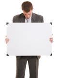Uomo d'affari che tiene una scheda bianca. Fotografie Stock Libere da Diritti