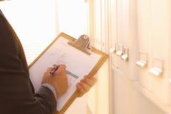 Uomo d'affari che tiene una scheda bianca in bianco Fotografie Stock