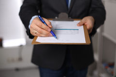 Uomo d'affari che tiene una scheda bianca in bianco Fotografia Stock Libera da Diritti