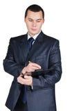 Uomo d'affari che tiene una scheda in bianco e una penna Fotografia Stock Libera da Diritti