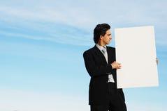 Uomo d'affari che tiene verro in bianco Fotografia Stock