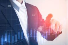 Uomo d'affari che tocca grafico aumentante con finanza Fotografie Stock Libere da Diritti