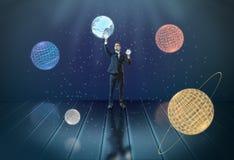 Uomo d'affari che tocca i pianeti 3d del sistema solare, circondati dalle stelle Fotografie Stock