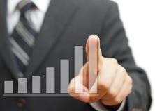 Uomo d'affari che tocca la colonna virtuale crescente del grafico Busin crescente Fotografie Stock