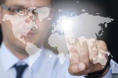 Uomo d'affari che tocca la mappa di mondo Fotografia Stock Libera da Diritti