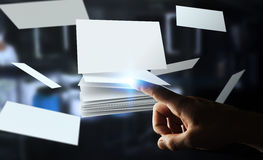 Uomo d'affari che tocca la rappresentazione di galleggiamento del biglietto da visita 3D Immagine Stock