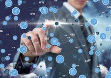 Uomo d'affari che tocca le icone di collegamento digitalmente generate fotografia stock libera da diritti