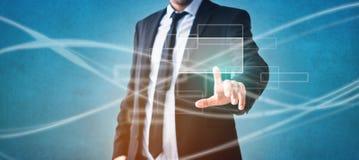 Uomo d'affari che tocca schermo virtuale - tecnologia moderna nell'affare immagini stock libere da diritti