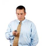 Uomo d'affari che trasmette gli sms Fotografia Stock Libera da Diritti