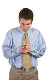 Uomo d'affari che trasmette gli sms fotografia stock
