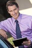 Uomo d'affari che usando il calcolatore o il iPad del ridurre in pani Immagine Stock