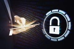 Uomo d'affari che usando il computer della compressa e concetto cyber di sicurezza immagine stock