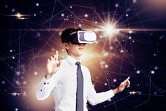 Uomo d'affari che usando il computer di VR e concetto moderno di tecnologia fotografia stock libera da diritti