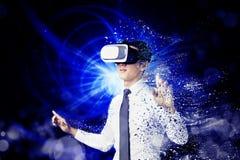 Uomo d'affari che usando il computer di VR e concetto moderno di tecnologia immagini stock