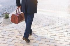 Uomo d'affari che va lavorare con la valigia Fotografie Stock Libere da Diritti