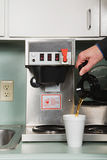 Uomo d'affari che versa un caffè Fotografia Stock Libera da Diritti