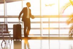 Uomo d'affari che viaggia all'aeroporto di estate immagini stock libere da diritti
