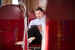 Uomo d'affari che viaggia in bus Fotografia Stock
