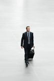 Uomo d'affari che viaggia con il concetto internazionale di viaggio del carrello Immagini Stock