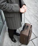 Uomo d'affari che viaggia nella città fotografia stock libera da diritti