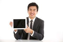 Uomo d'affari cinese che lavora al calcolatore del ridurre in pani Fotografia Stock Libera da Diritti