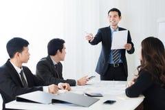 Uomo d'affari come capo di riunione che chiede un'opinione Fotografie Stock Libere da Diritti