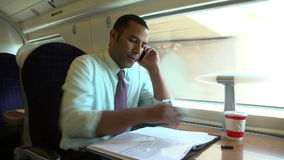 Uomo d'affari Commuting To Work sul treno facendo uso del telefono cellulare stock footage