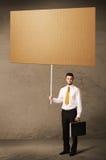 Uomo d'affari con cartone in bianco Fotografia Stock