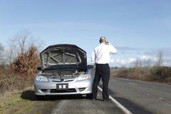 Uomo d'affari con difficoltà dell'automobile Fotografie Stock Libere da Diritti