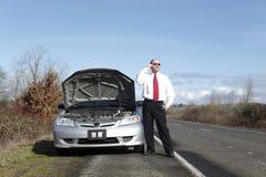 Uomo d'affari con difficoltà dell'automobile Fotografia Stock Libera da Diritti